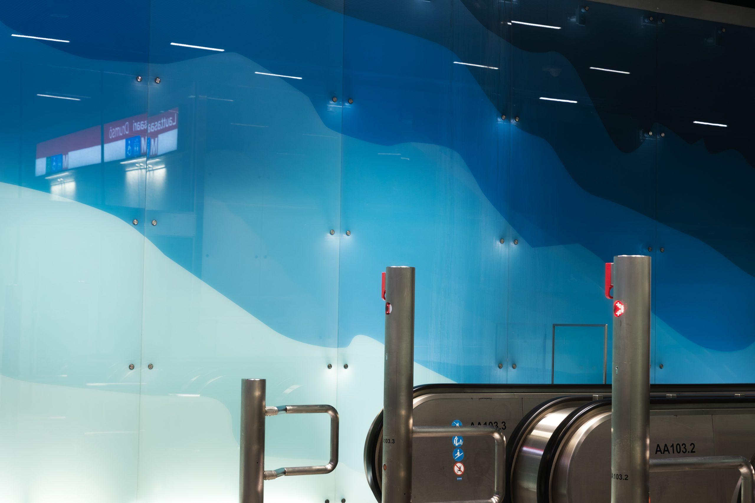 Liukuportaiden vihersinisävyiset seinät