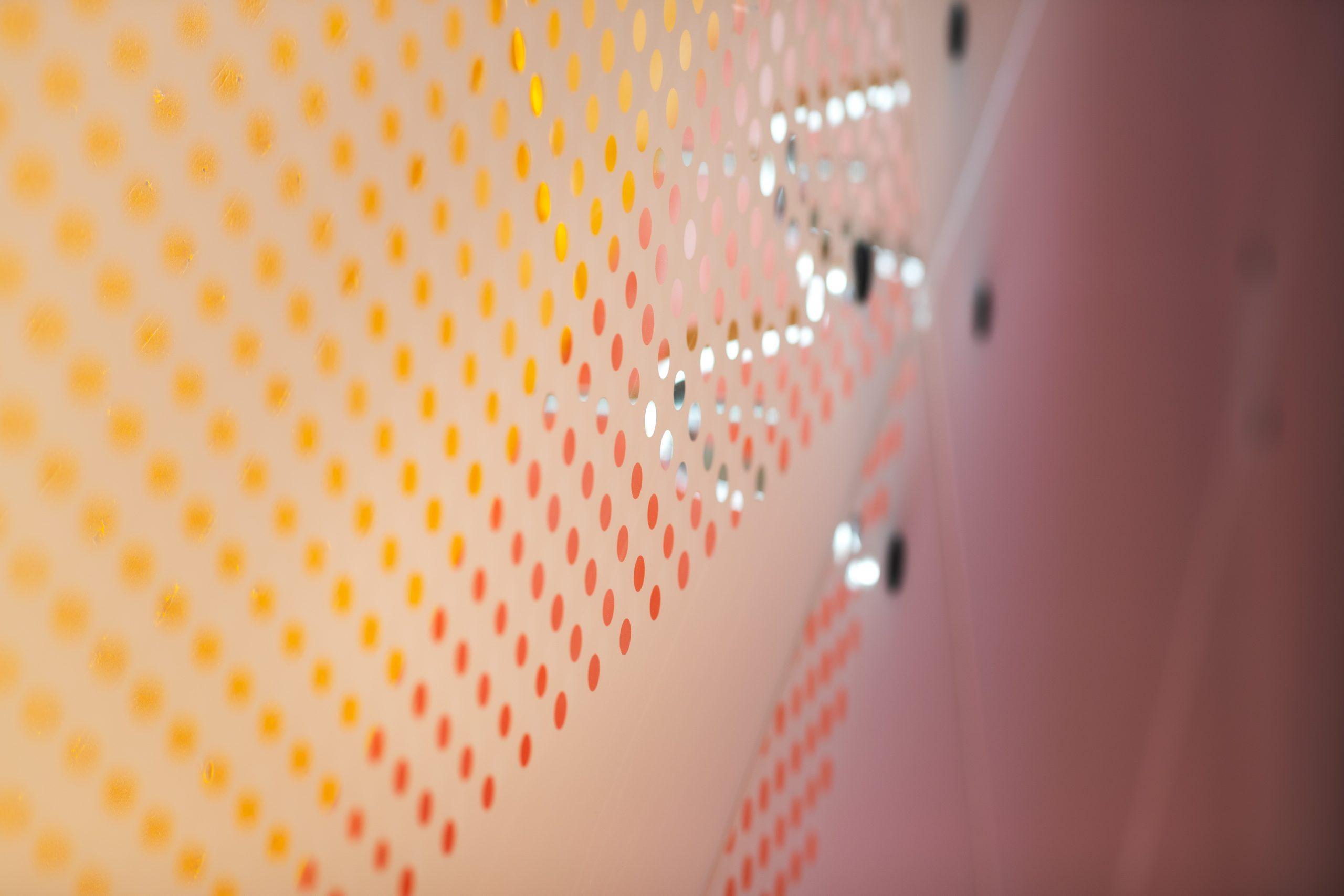 Lasiseinän läpi näkyvät värit keltaisenoranssi ja punainen
