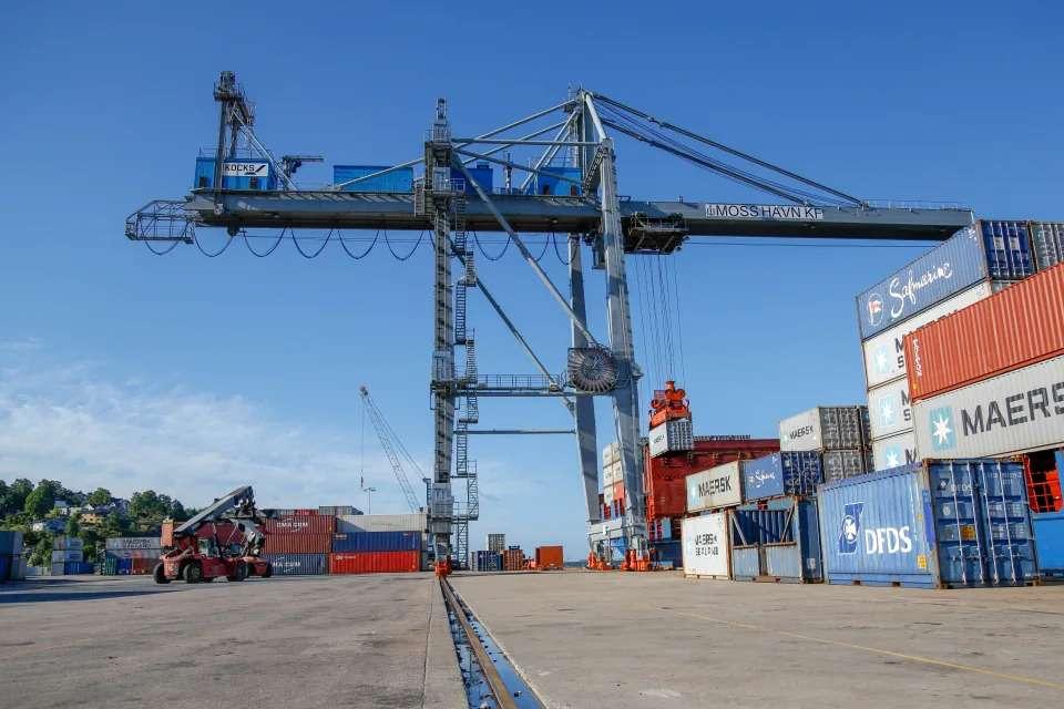 Bilde av havna med kran og containere