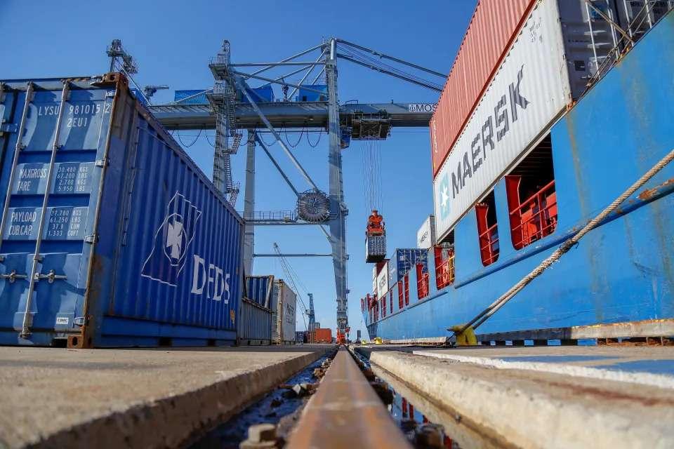Bilde av containere på havna