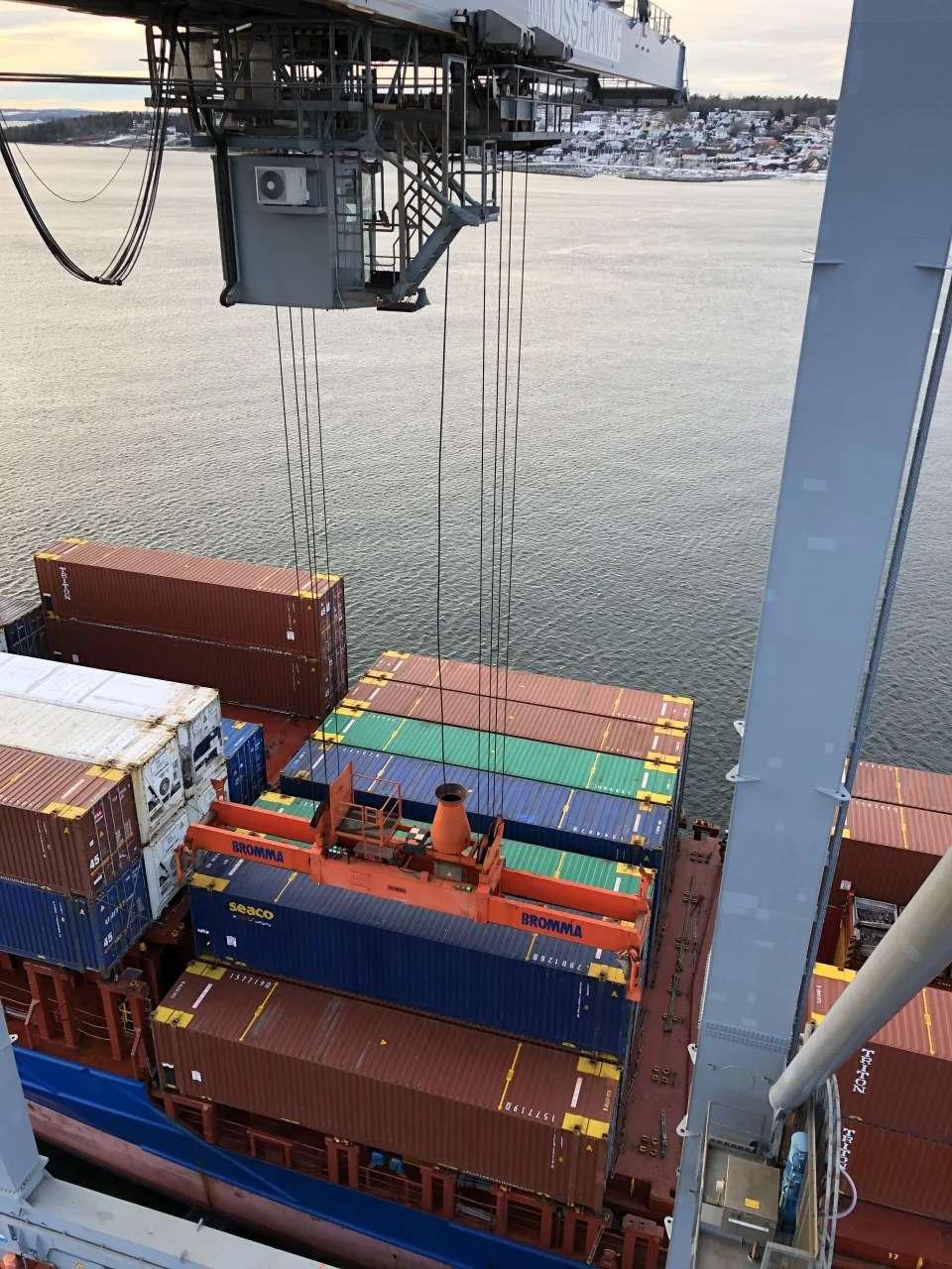 Kran og containere på havnen