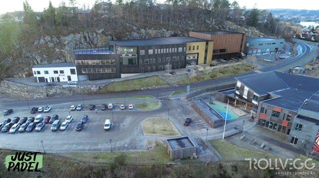 Just Padel vil disponere hele bygningsmassen mellom det hvite bygget til Agder Taxi til venstre og det grå bygget helt til høyre.