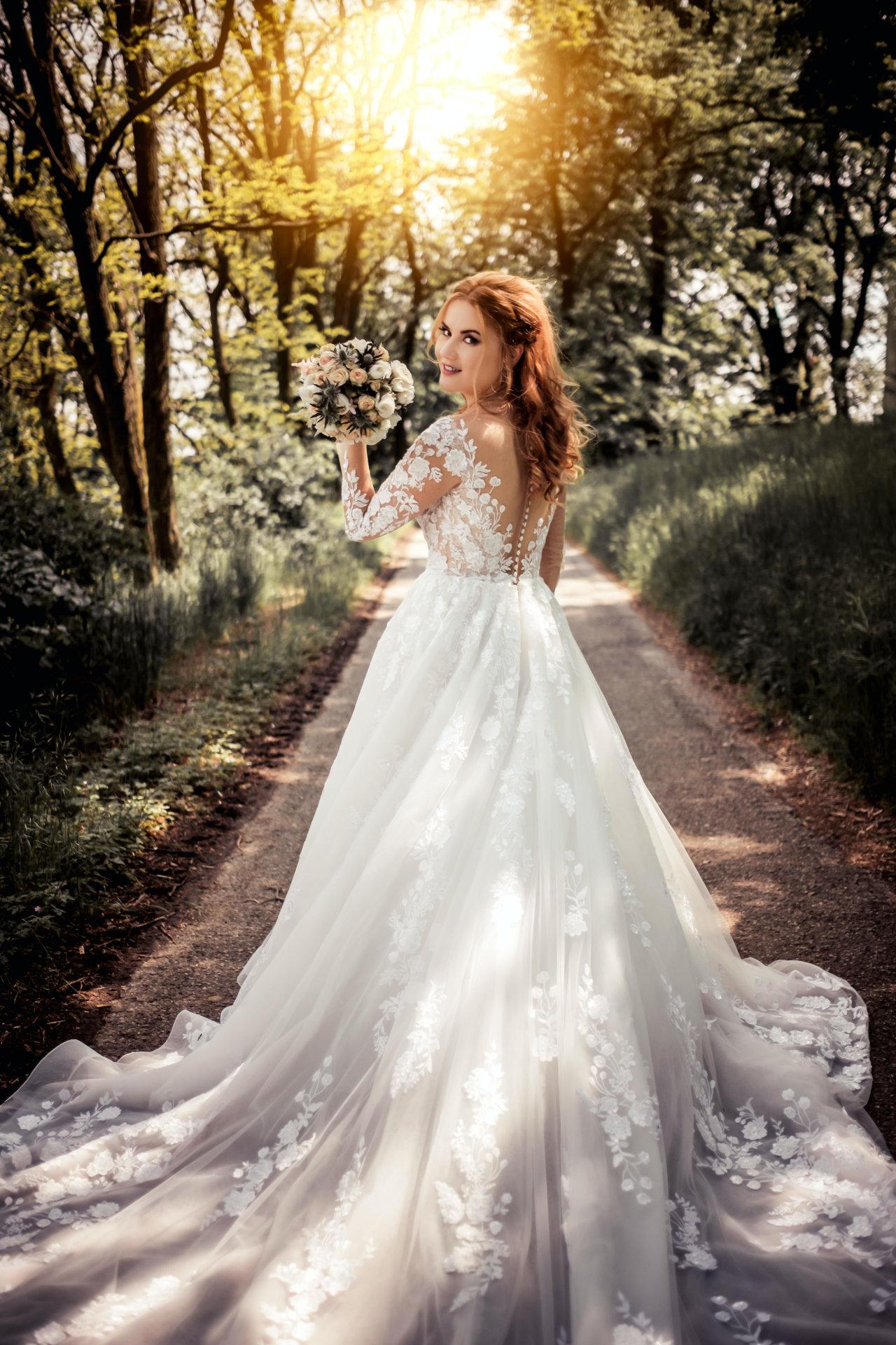 Model i brudekjole i skogen