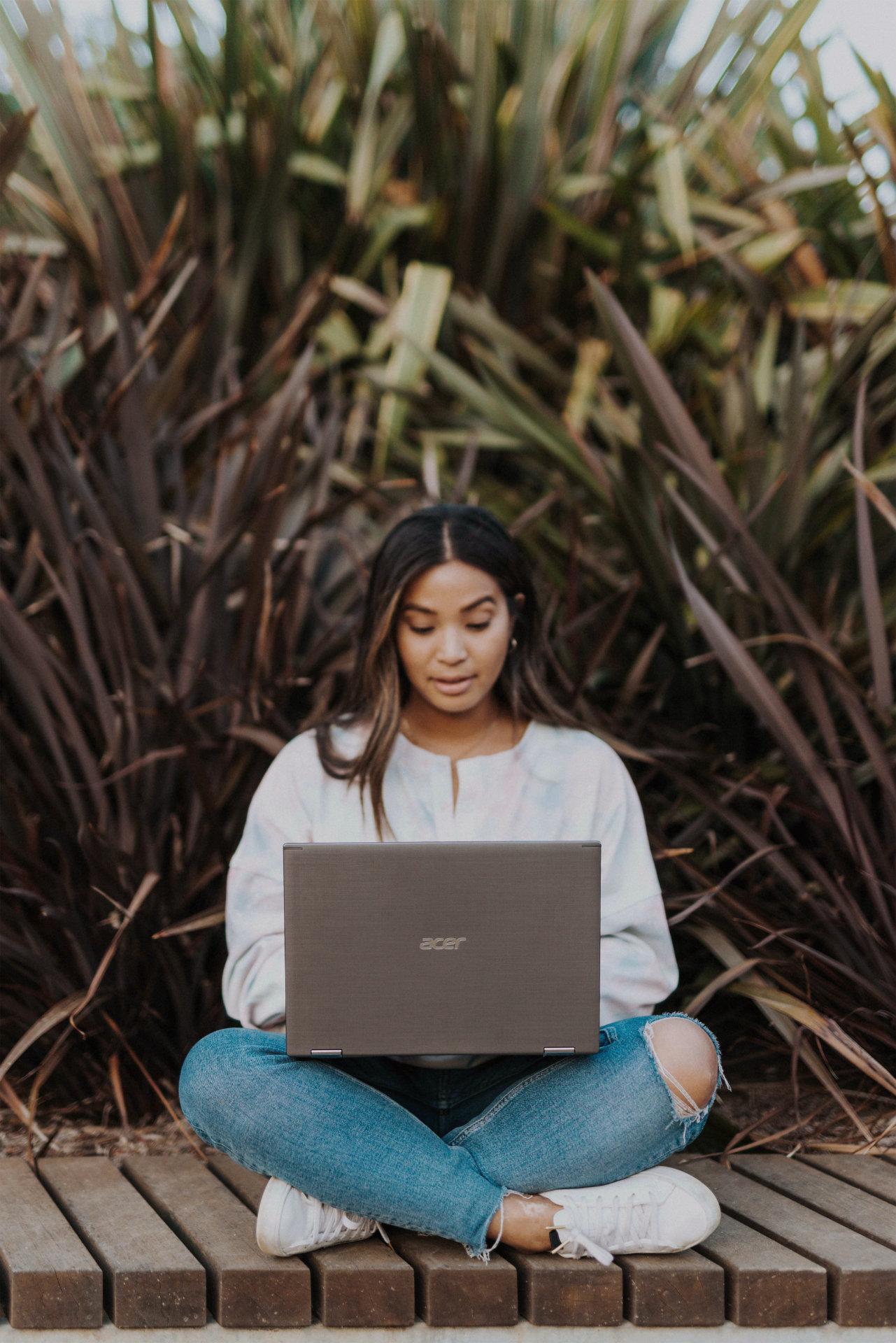 Kvinne med laptop på fanget