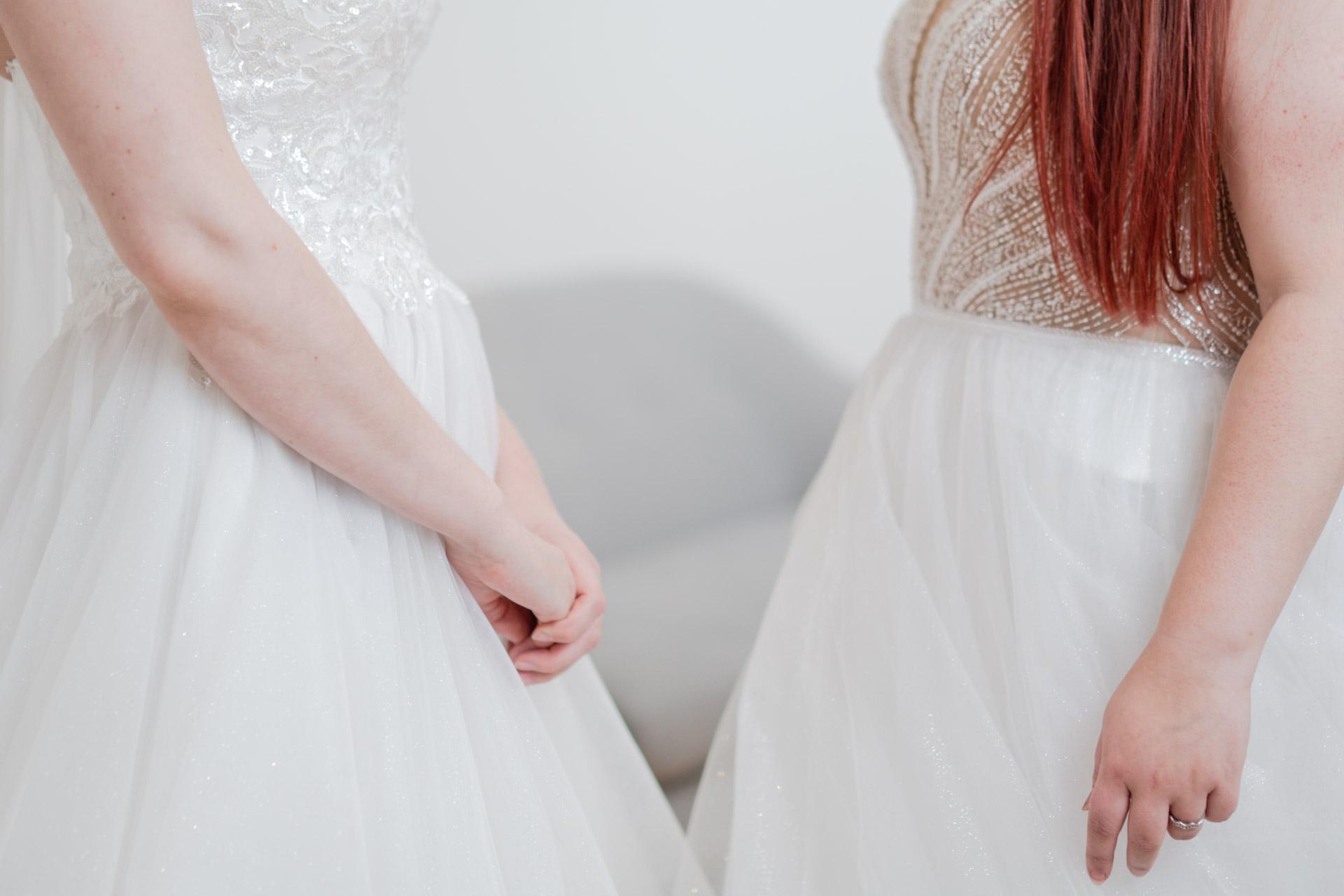 To kunder prøver ut brudekjoler sammen