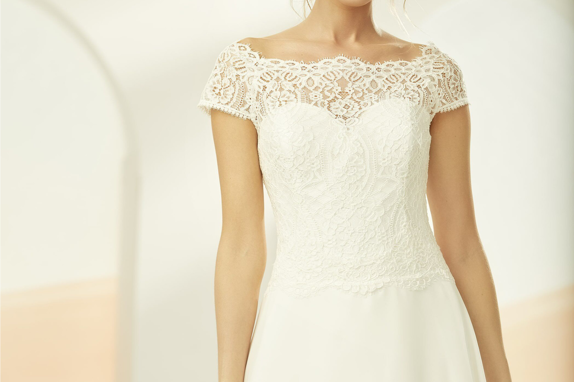 Model utprøver bryllupskjole
