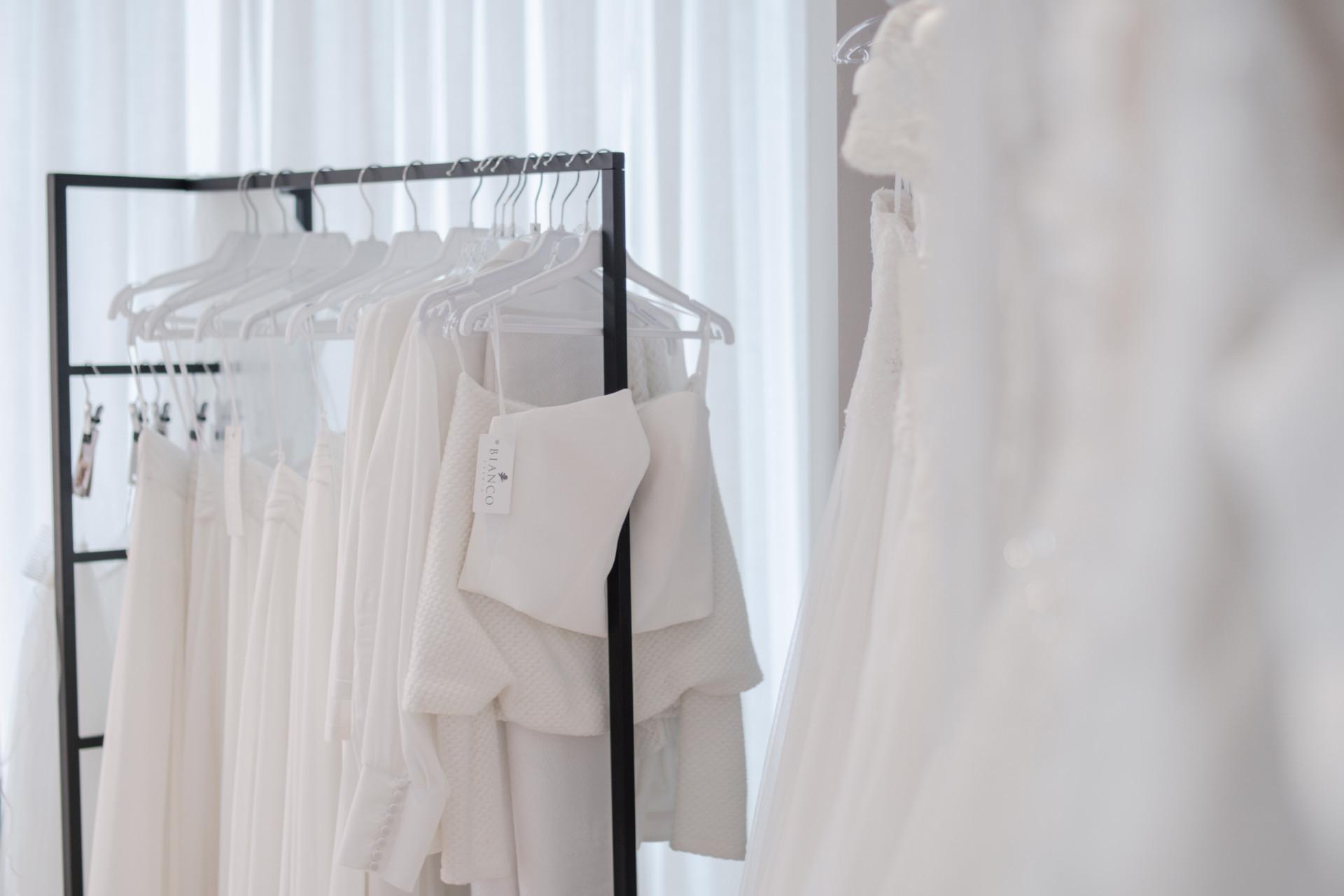 Bryllupskjoler på utstilling i butikken