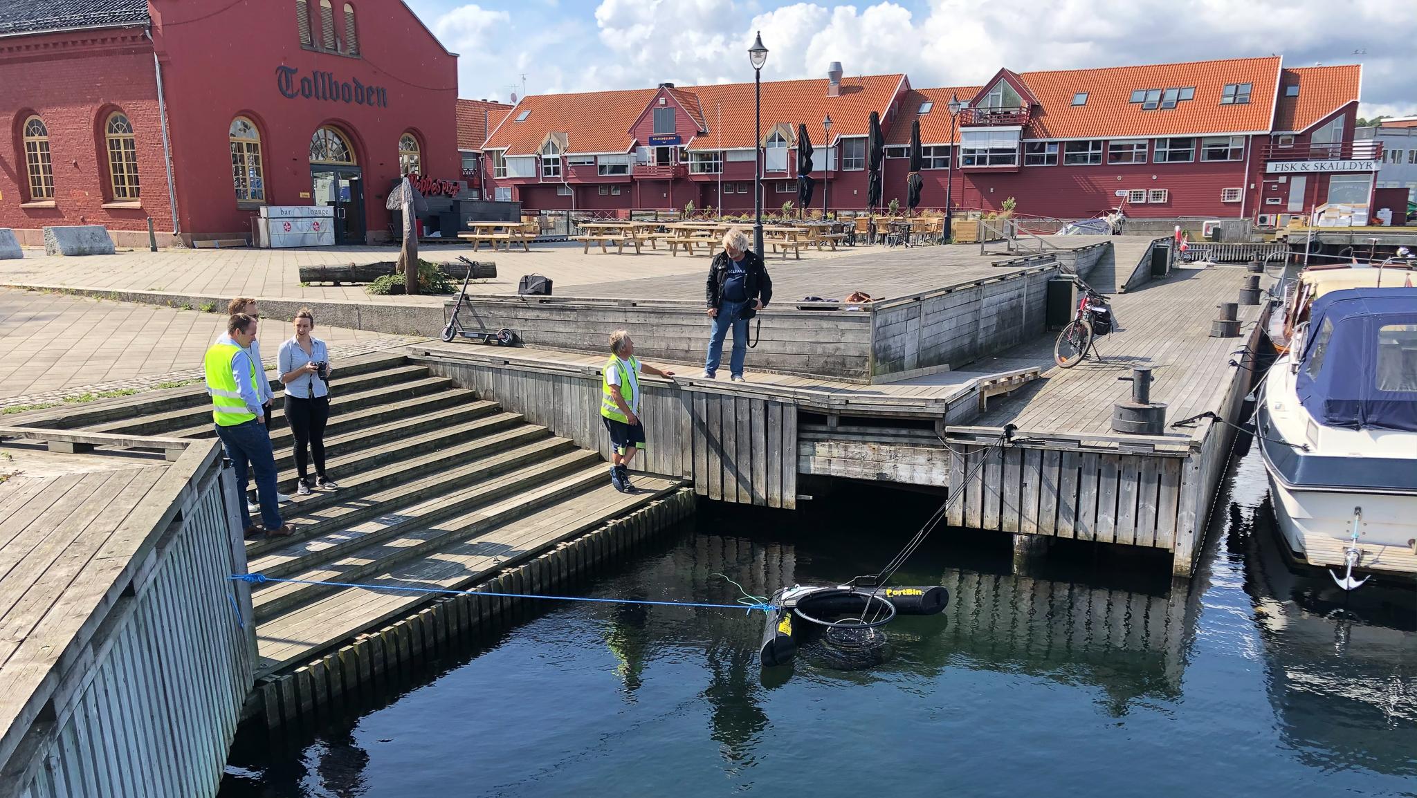 Samler opp søppel i kanalområdet
