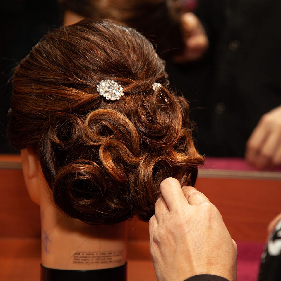 Peinado realizado por estudiante de cosmetología.