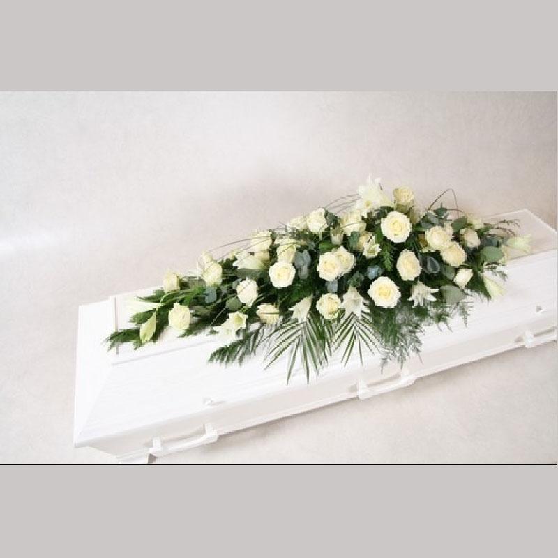 A001 Kistedekorasjon med Martha liljer og hvite roser