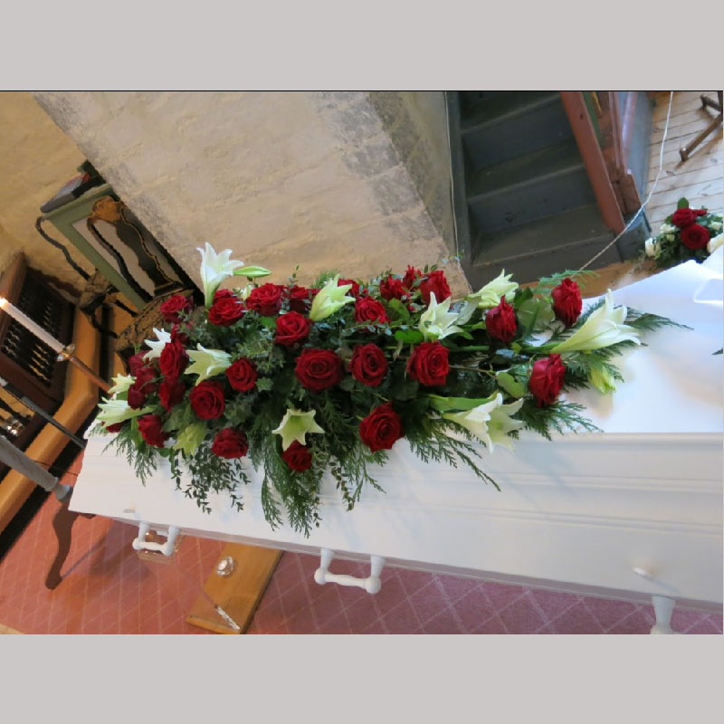 Kistedekorasjon A007 Røde roser og hvite Martha liljer