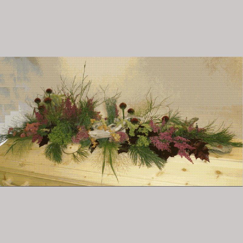 Kistedekorasjon A009 Består av bar, mosetein, rot, kvister og blomster