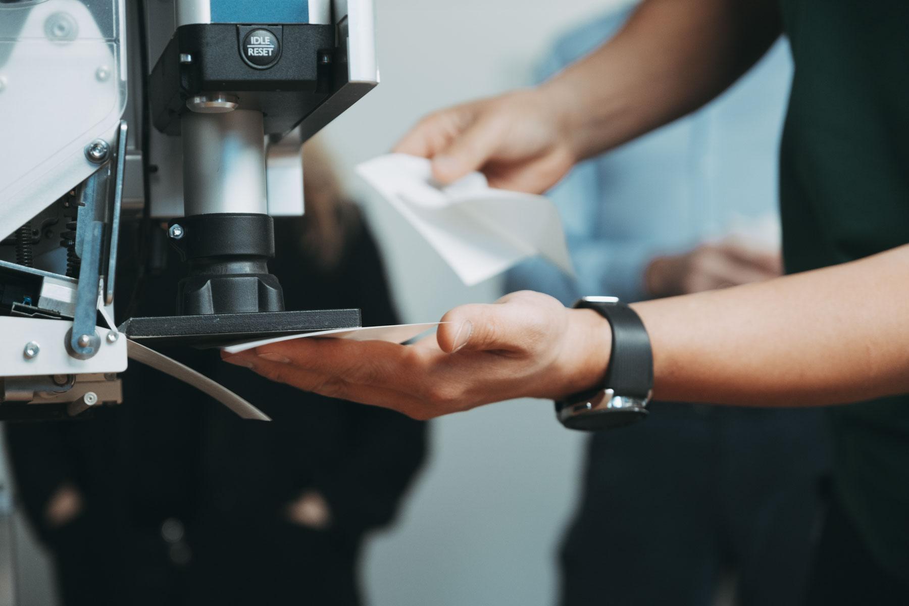 Etikettsystemer for de fleste type produkter og pakkemaskiner.