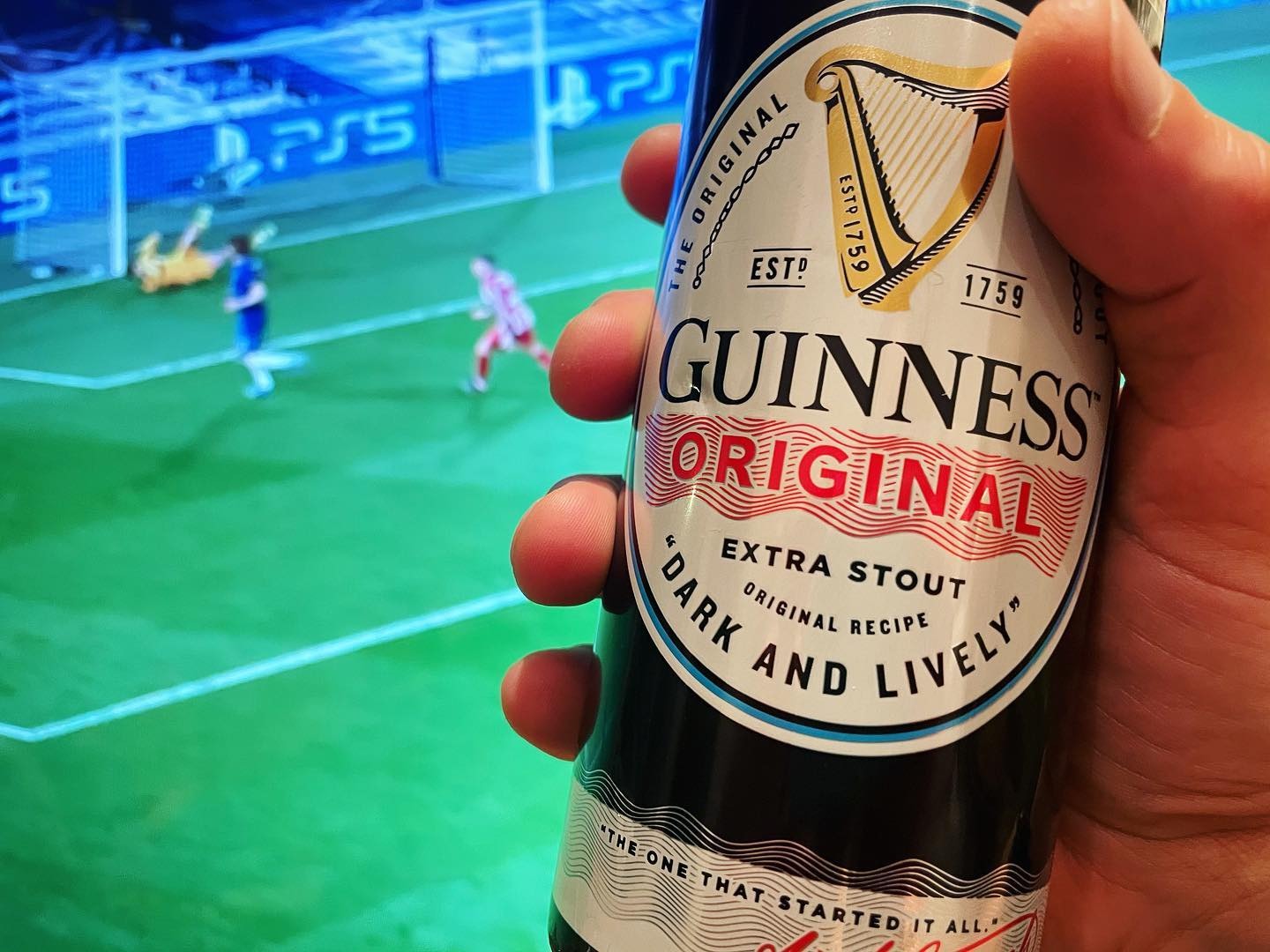 Happy St Patrick's Day one & all ☘️🎩  Whack the Champions League on, crack a Guinness (or two...) and may you be merry. Sláinte! 🍻 . Not long now guys, not long now 🙏🏼 🍺 🍔 ⚽️  . . . . . . . . . . . . #stpatricksday #stpatricks #stpaddys #stpaddysday #guinness #ireland #irish #beer #stpaddysathome #football #stayhome #staysafe #nearlythere #notlongnow #nearlyover #cheers #sliante