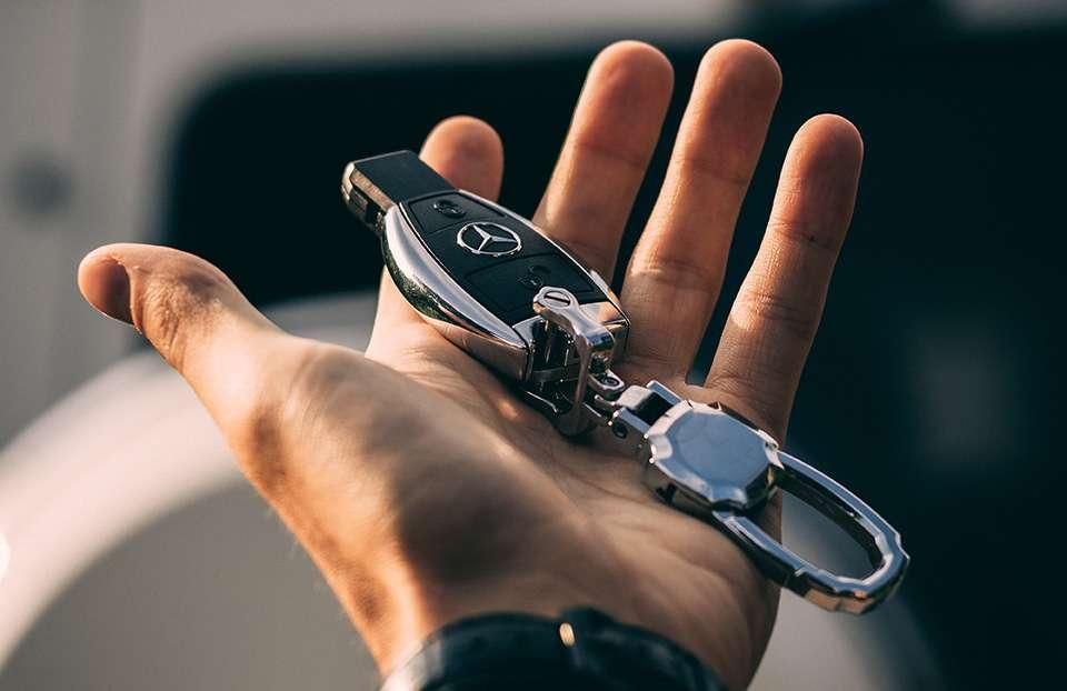 Bild von Schlüsseln eines Autos der Marke Mercedes.