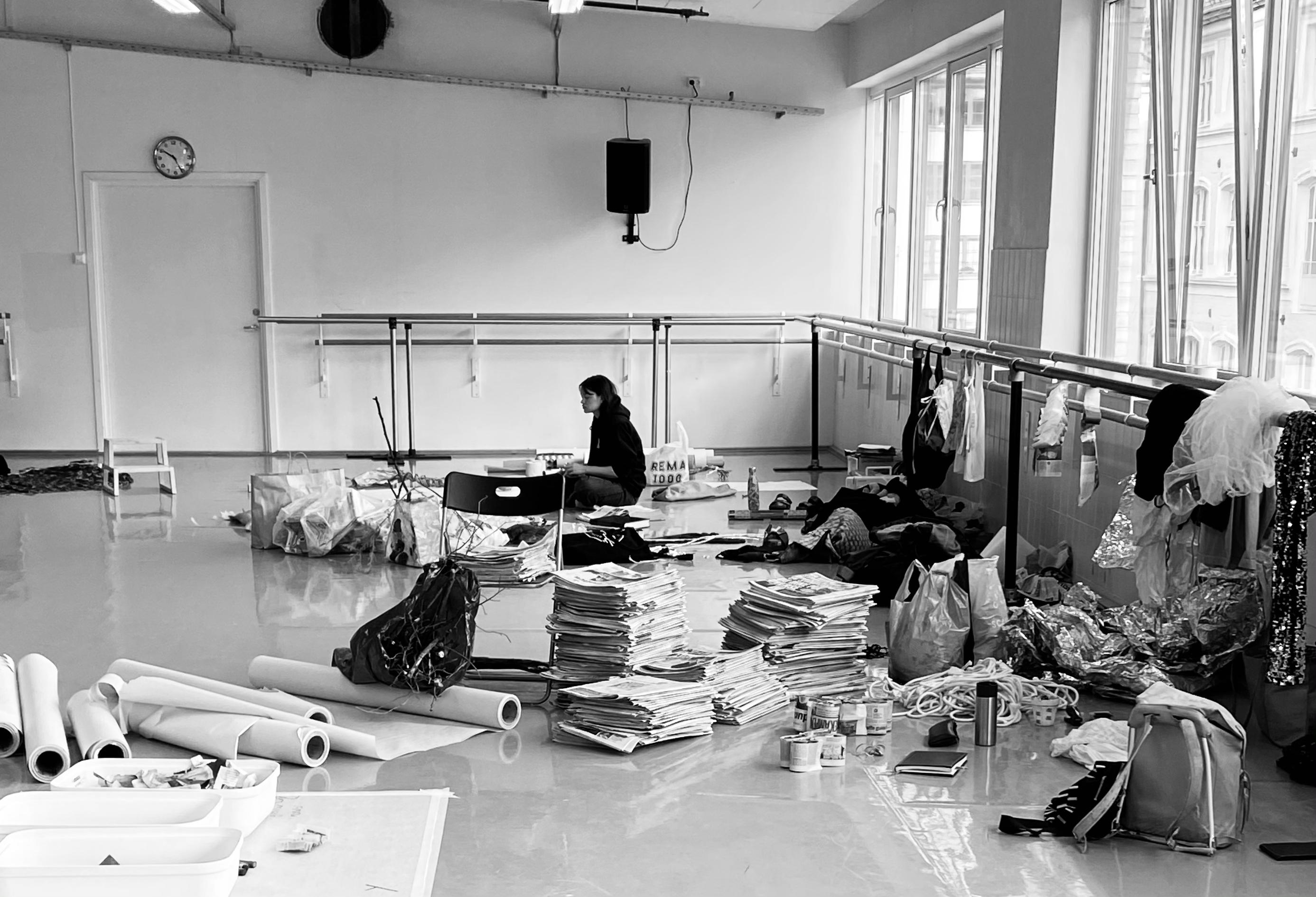 Bilde som viser student Emma Öberg blant alle materialene. Bildet er tatt av Camilla Wexels Rise