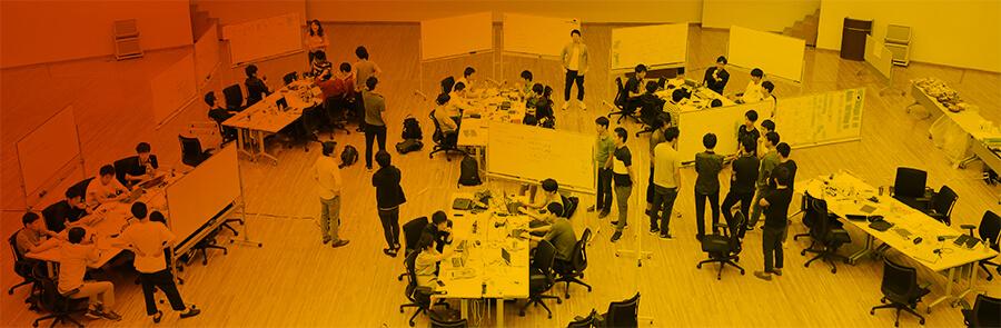 サマーインターンシップで参加学生たちが新規事情を立案している様子