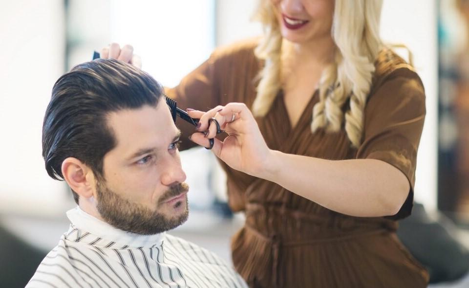 Mann lässt sich bei Cornelia Rom die Haare schneiden