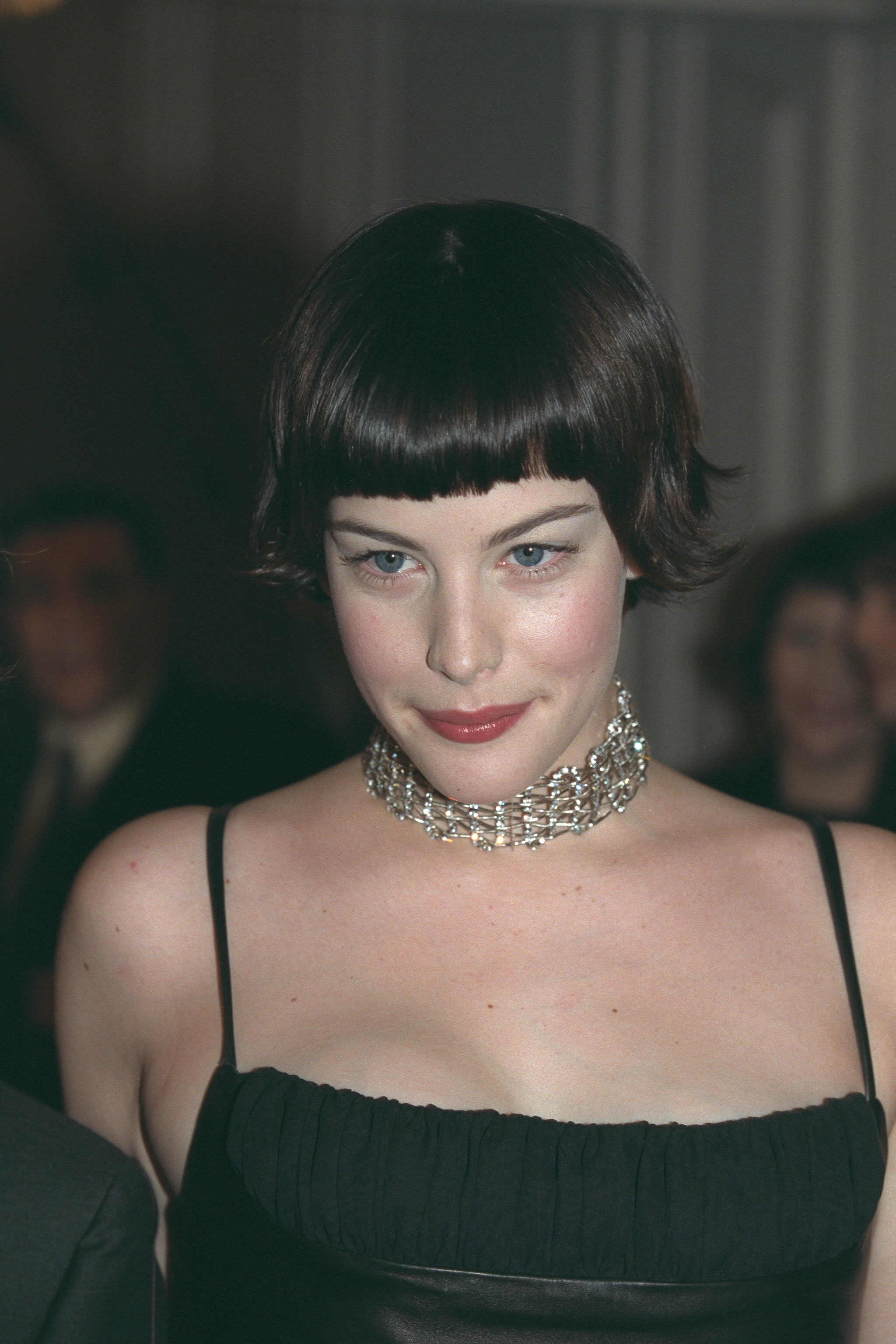 liv tyler with short hair and a choker at the met gala in 1999