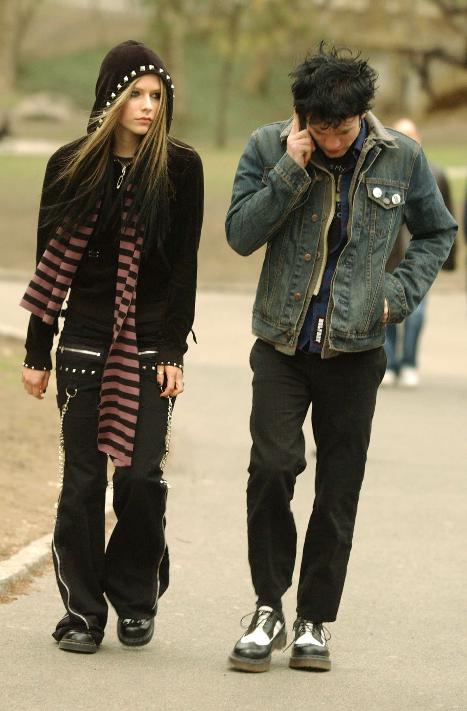 Avril Lavigne walks with Deryck Whibley in Central Park, 2004