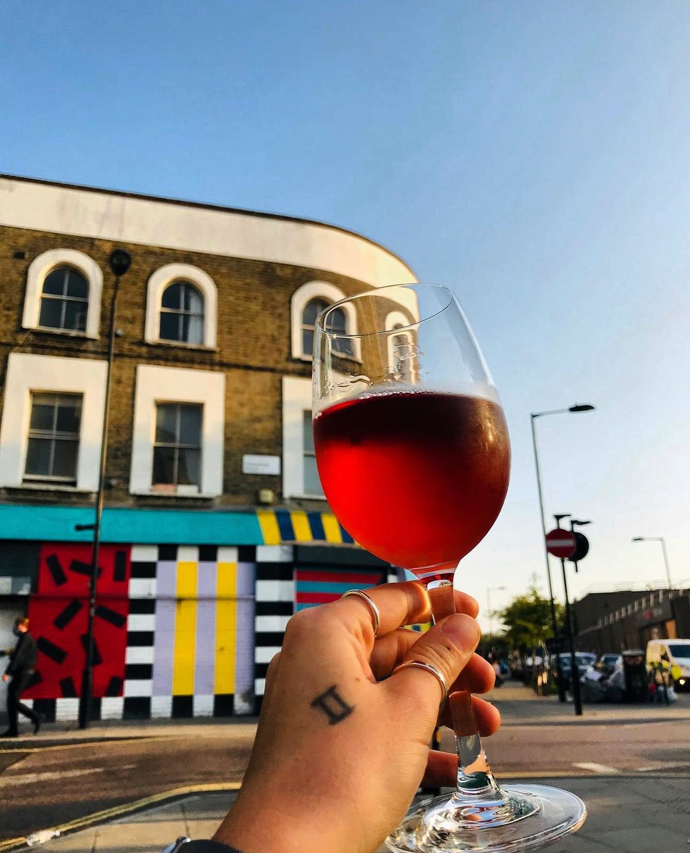 Perfect evening for a rosé on our benches! 🍷❤️🍕 Could be the last of the year!  Get on down boys and girls! 💃💃🥳🥳  . . . . #rose #wine #madregale #sweetwine #hackney #hackneywick #pizzatime #pizzaparty #pizzalife #pizzaandwine #pizzalover #winelover #winetime #sunnyday #septembersun #sunnyday #crisp #yummy #delicious #wellstreet #wellstreetpizza