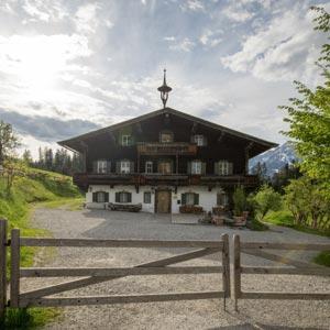 Frontansicht der Bergdoktorpraxis in Ellmau am Wilden Kaiser.