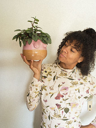 Isabelle Bapté mit einer von ihr kreierten Vase