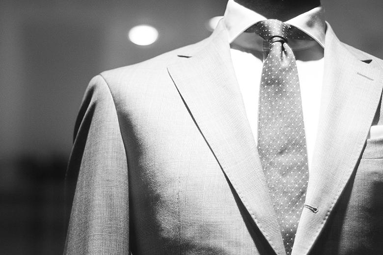 Ausschnitt: Männlicher Rumpf in Anzug und Krawatte
