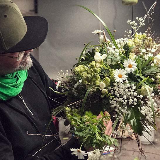 Florist Stephan Fiedler mit Blumenstrauß in der Hand
