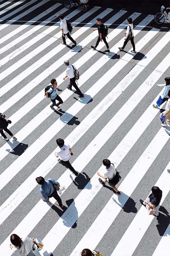 Mehrere Menschen auf Zebrastreifen