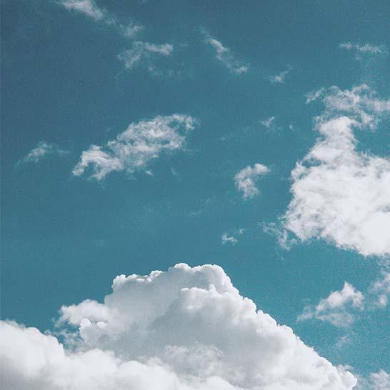 Blauer Himmel mit weißen Wolkenfetzen