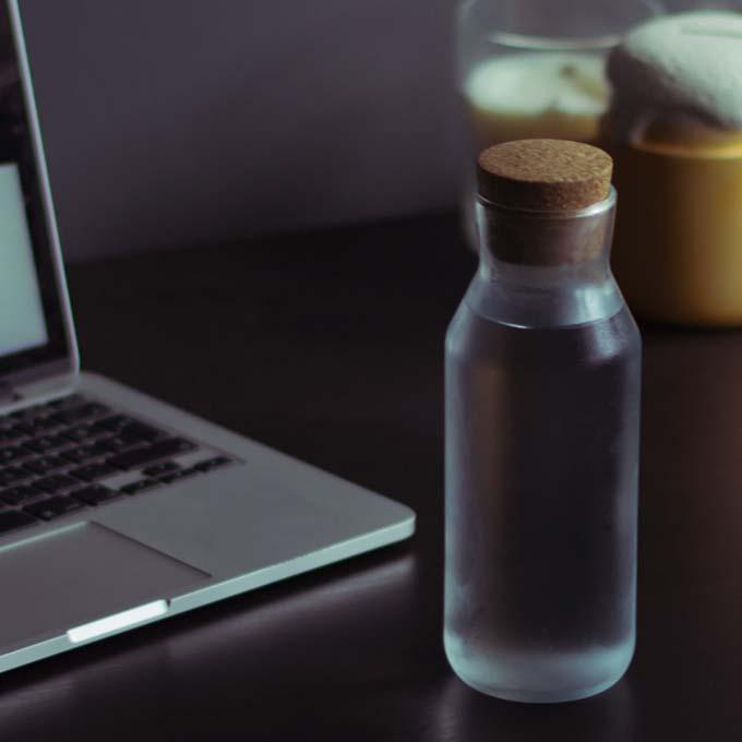Schreibtisch mit einer Flasche Wasser