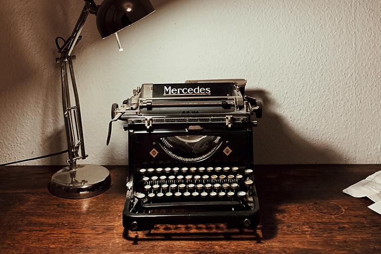 Schwarze Schreibmaschine auf Schreibtisch