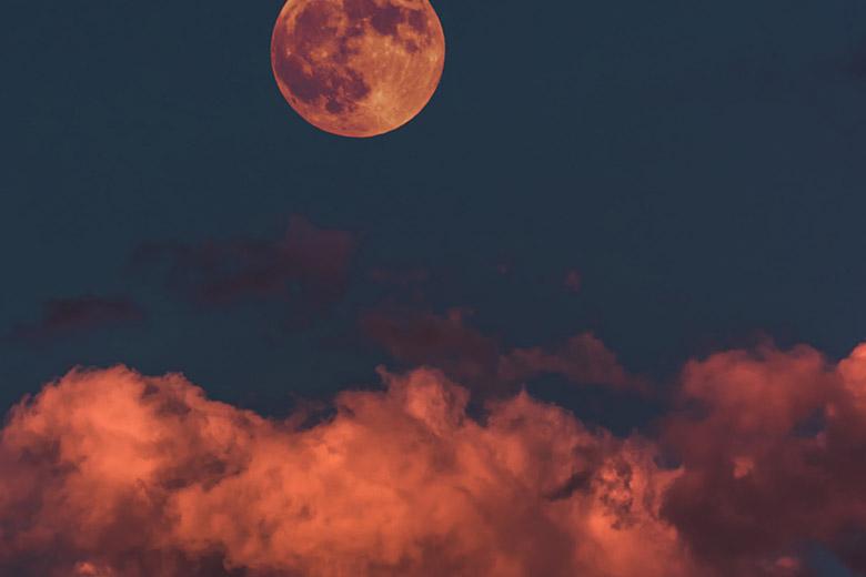 Blut-Vollmond über rötlichen Wolken