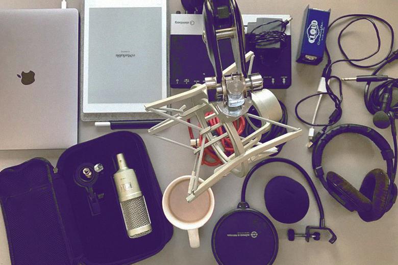 Podcast-Equipment auf Tisch