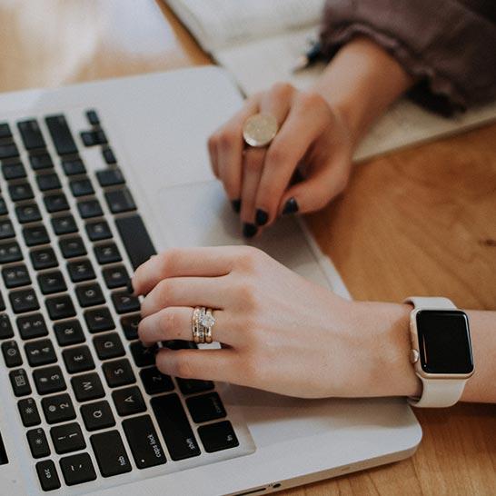 Geöffnetes Laptop auf Schreibtisch