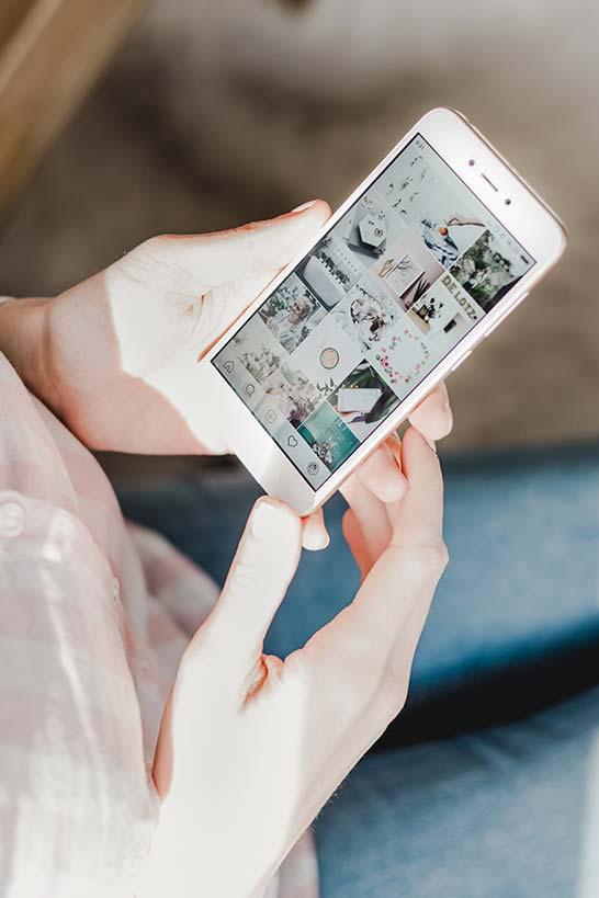 Smartphone in Hand mit geöffnetem Instagram Kanal
