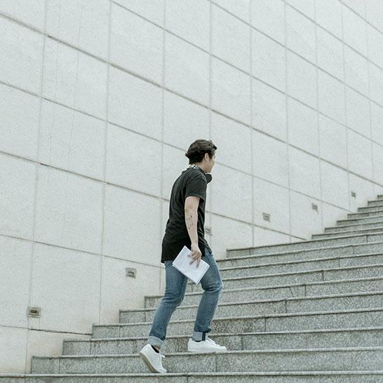 Mann läuft eine Treppe hoch
