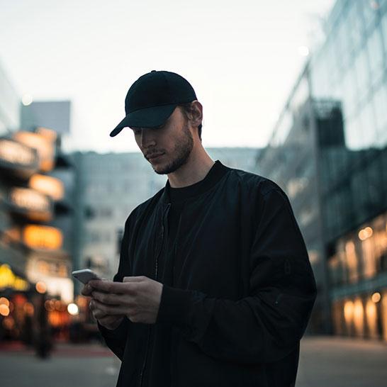 Mann blickt auf sein Smartphone