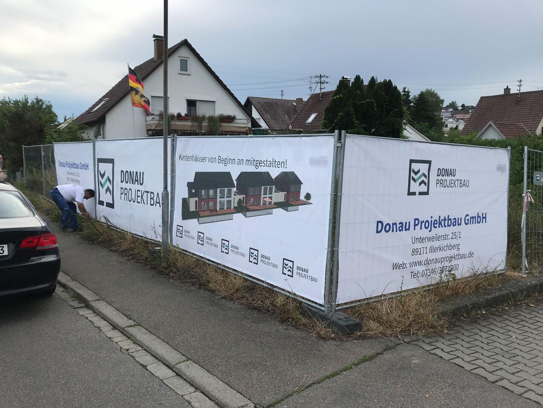 Baustelle umzäunt von Bannern des Donau Projektbaus.