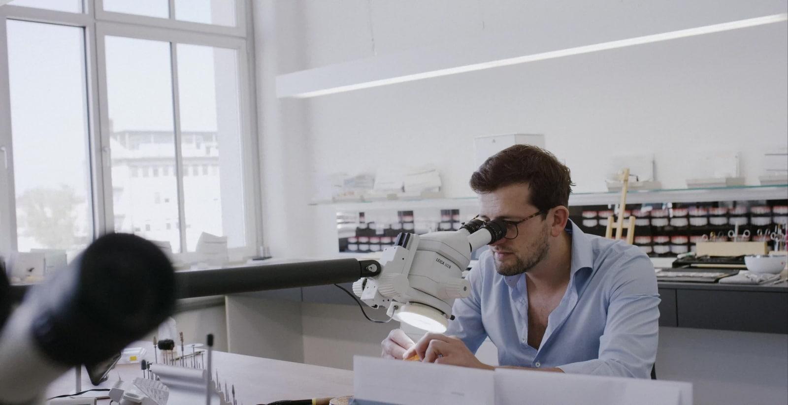Alexander Miranskij schaut in sein Mikroskop.