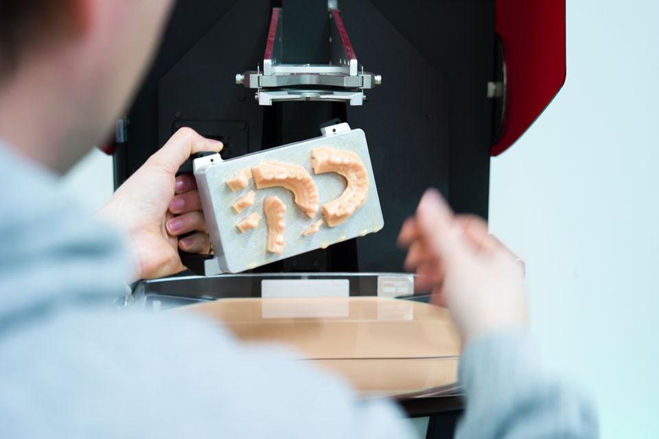 Alexander Miranskij bei der Herstellung eines 3D Dentalducks