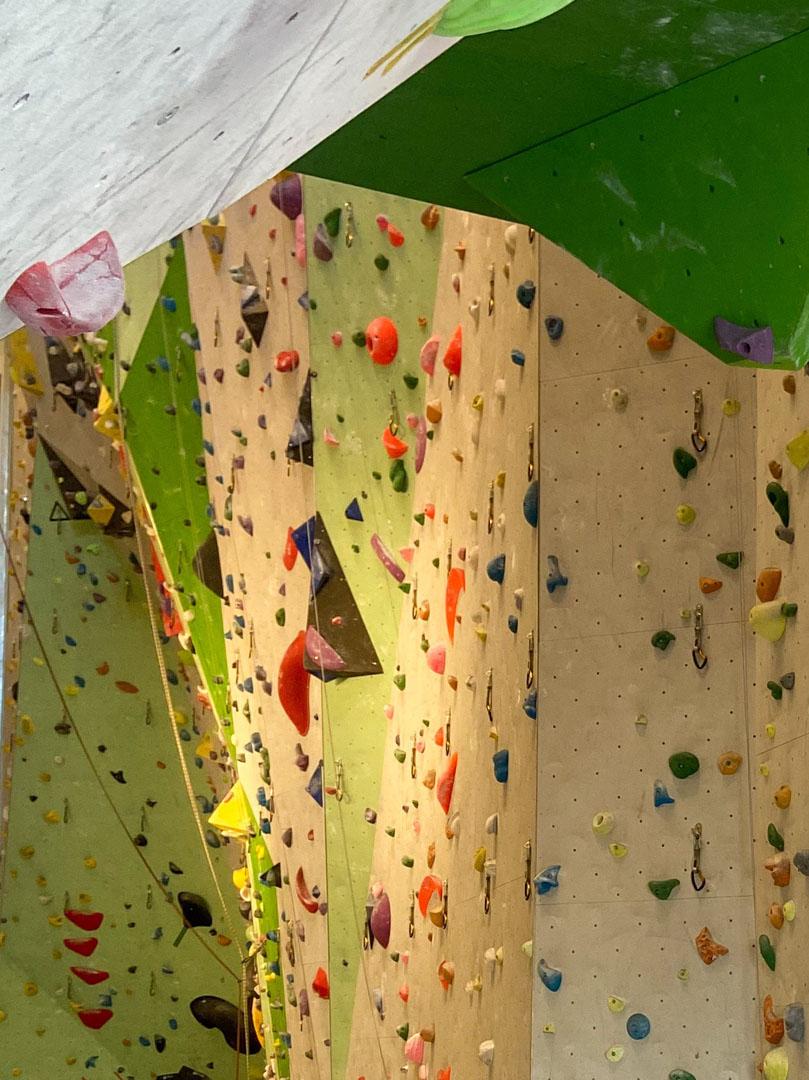 Bilde av klatreveggen i Hønefoss Arena