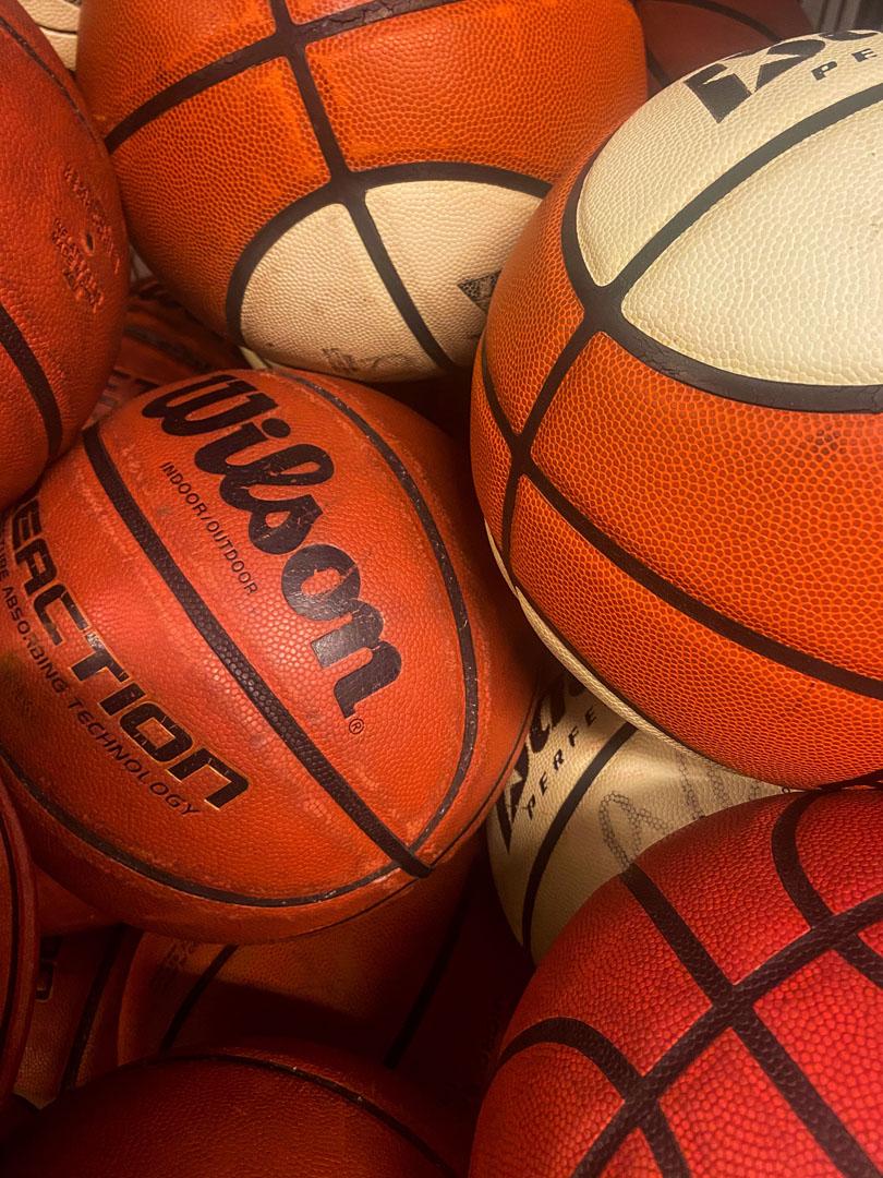 Nærbilde av basketballer