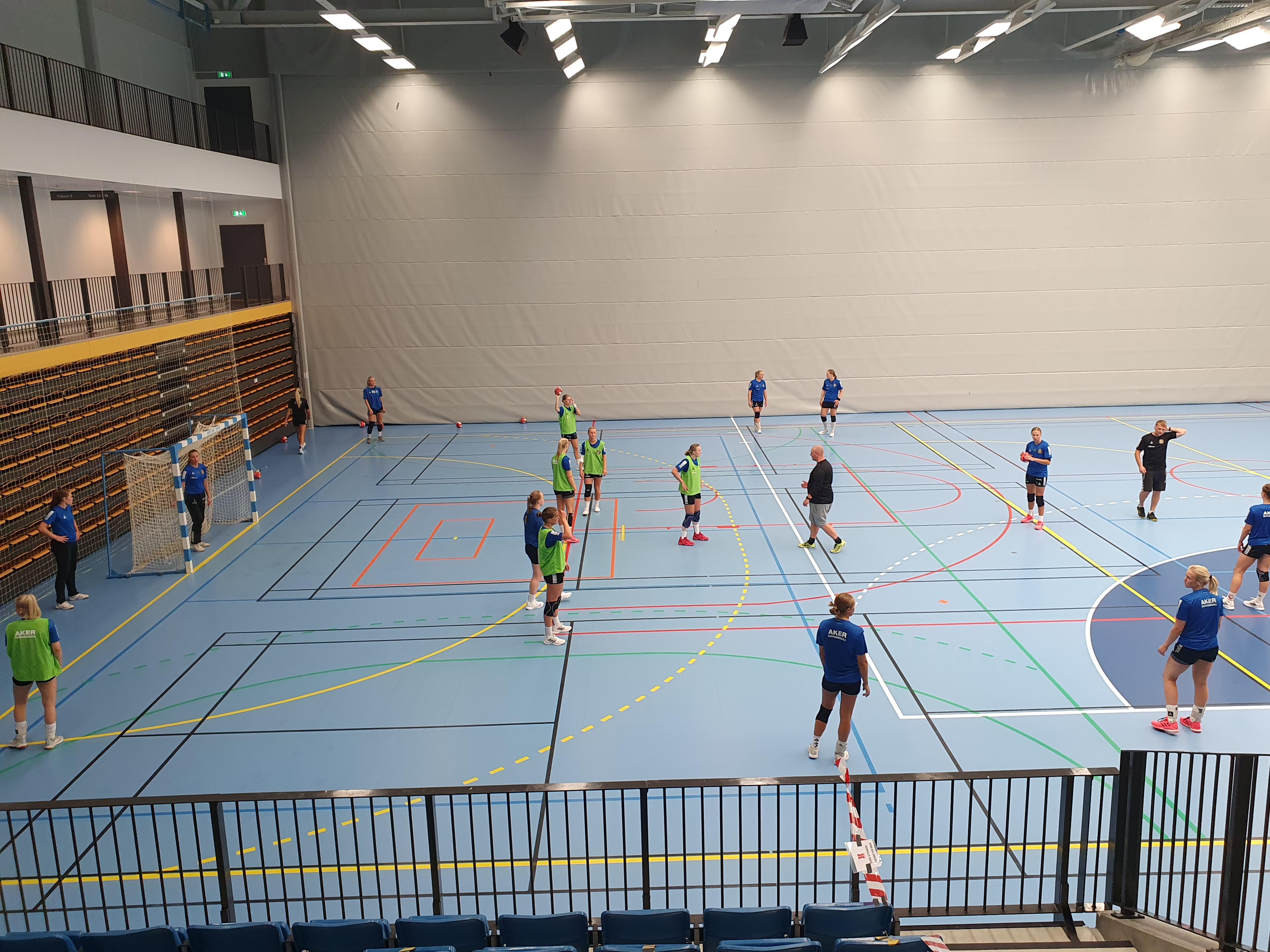 Aker topphåndball på treningsleir i Hønefoss Arena