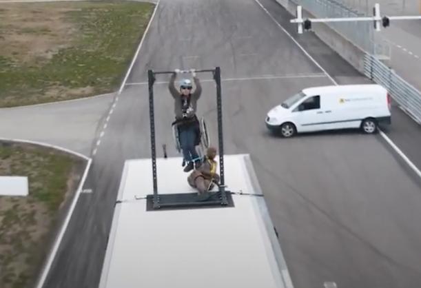 """harald Riise henger i """"dead hang"""" på toppen av en lastebil i fart"""