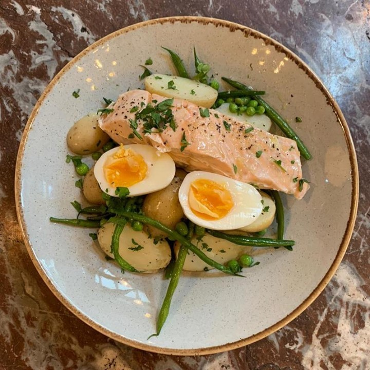 Looking for the perfect treat for your break this Friday lunch on this hot weather? We have you covered! Just the look of this poach salmon salad makes us hungry. There's still time to book a table. . . . . . . . #poachsalmon #salad #healthyfood #pubfood #homemade #citypub #bestpub #punchtavern #foodstagram #instafood #tasty #urbanpubsandbars #cityrestaurants #ec4y #foodie #fleetstreet