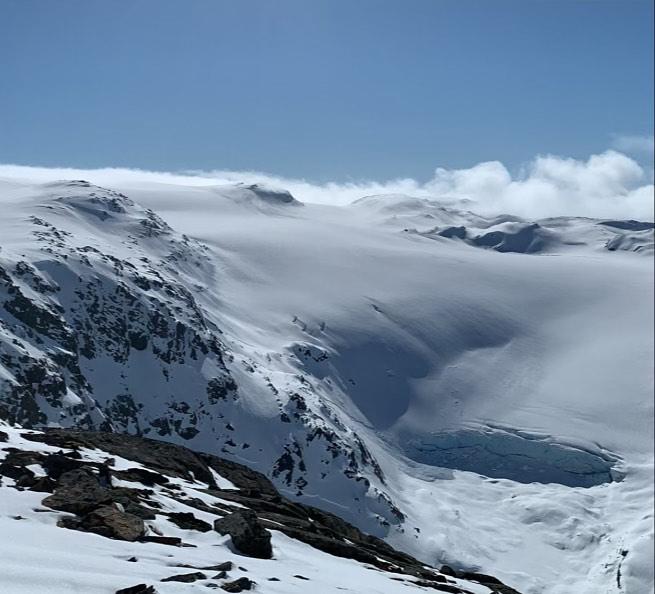 Juklavassbreen snødekt, kald  og vakker i dag. Nokre åpne sprekker, så om ikkje mange vekene (mai/juni) har me fantastisk blåis. Stegjern, isøks, tau og breførarar er klar. Er du  klar for Folgefonna? (Foto: Ø. Eide)