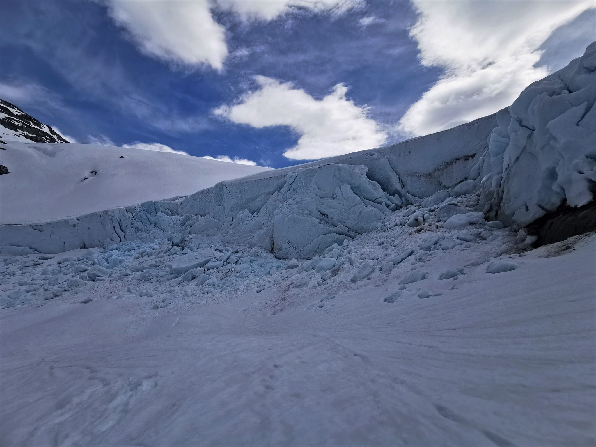 Årets først bretur i Juklavassbreen 22.5. Snøen smeltar, og fram kjem det magiske islandskapet.Turar kvar dag frå 1. juni. #folgefonni