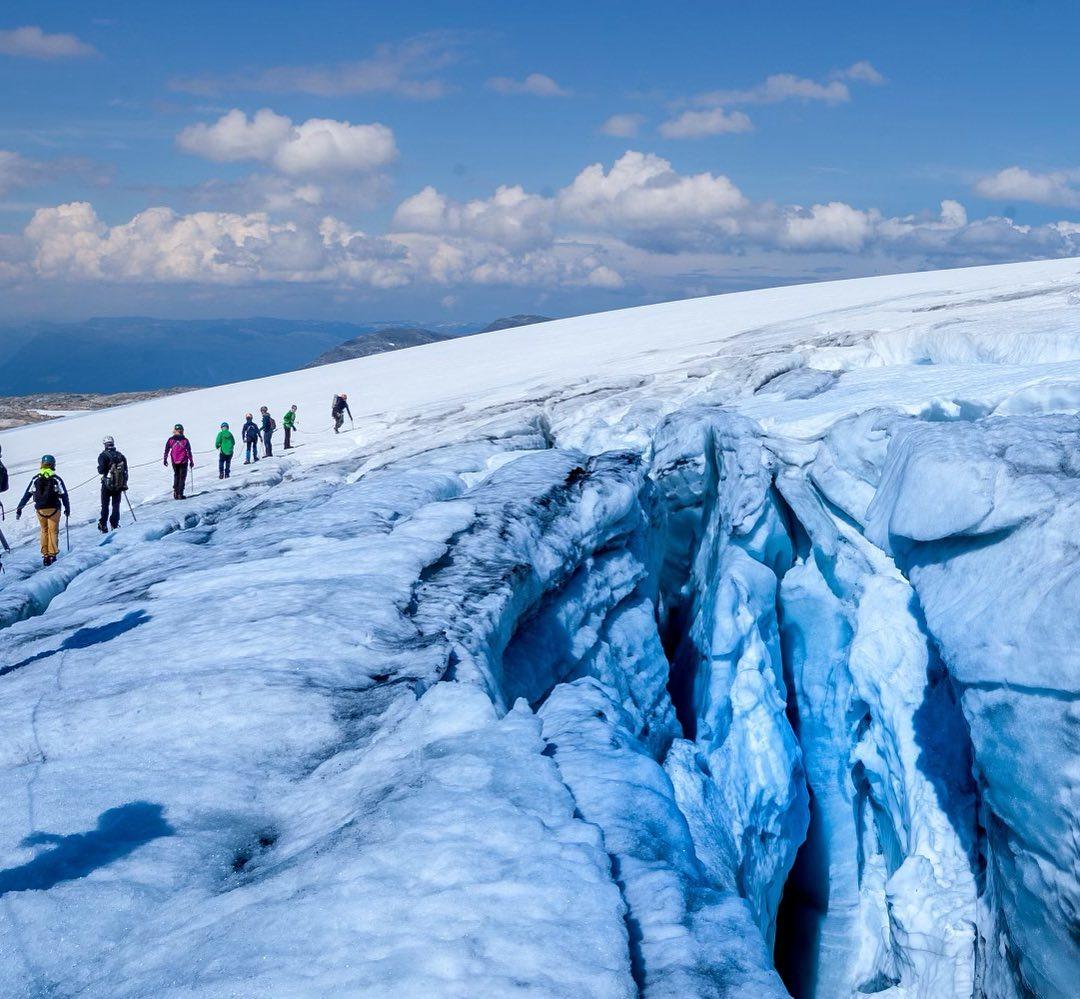 Dei store sprekkene i toppen av Juklavassbreen kjem fram no. Det er eit tegn på at det er sommar på breen😀